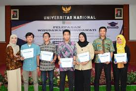 Pemberian-piagam-penghargaan-kepada-mahasiswa-terbaik-kelas-reguler-dan-karyawan-dari-TI-dan-SI
