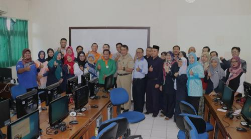 Sesi-foto-bersama-panitia-OSN-dengan-guru-pendamping-800x445