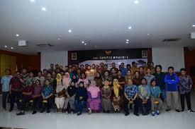 sesi-foto-bersama-yang-dilakukan-oleh-mahasiswa-calon-wisudawan-dan-wisudawati-serta-dosen-dan-karyawan-FTKI