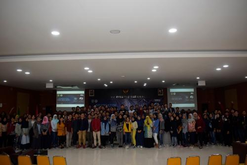 foto-bersama-narasumber-panitia-dan-seluruh-mahasiswa-yang-terlibat-dalam-seminar