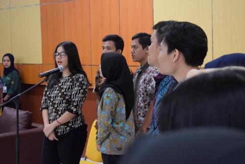 para-mahasiswa-FTKI-sedang-menyanyikan-lagu-Indonesia-Raya-dalam-pembukaan-yudisium