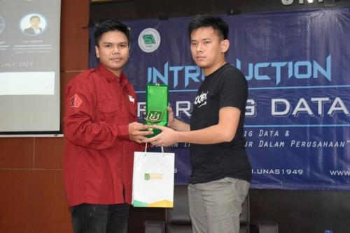 pemberian-cenderamata-dari-HIMASI-kepada-Analytics-and-Digital-Product-Expert-Telkom-Indonesia-Joy-Gabriel-selaku-narasumber